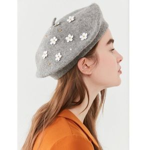 Urban Outfitters Daisy Grey Beret 🌼